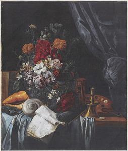Bloemstilleven met schilderspalet, schelpen en muziekboek