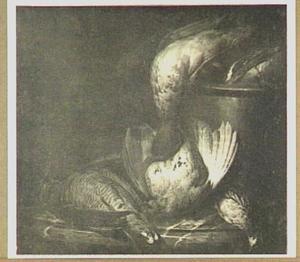 Stilleven van eend, snip en patrijs op een marmeren plint