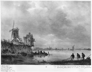Rivierlandschap met vissers die een net binnenhalen, een molen op de linkeroever
