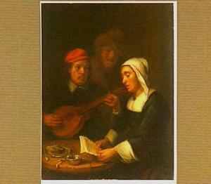 Zingende vrouw en musicerende man aan tafel, achter hen een tweede man