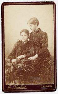 Portret van twee dochters van Johan Gerard Lulofs (1842-1876) en Jacoba Gerarda de Stoppelaar (1843-1924)