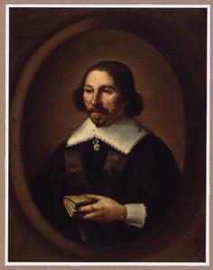 Portret van een 48-jarige man met boek in een geschilderd ovaal