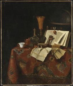 Vanitasstilleven met boeken, brieven en andere objecten op een tafel bedekt met een oosters tafelkleed