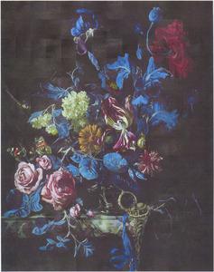 Bloemen in een zilveren vaas met een horloge