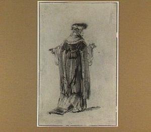 Vrouw in rijke kleding, op de rug gezien