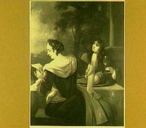 Een lezende vrouw en een man met een wijnglas aan een tafel op een terras