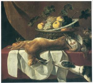Stilleven van haas, patrijzen en vruchten op een tafel; rechts een kat en een hond