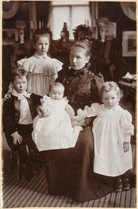 Portret van Cornelia Schuurbeque Boeye (1857-1945) met vier kinderen