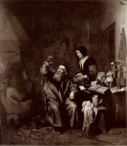Interieur met een vrouw op bezoek bij een dokter die een fles urine bekijkt