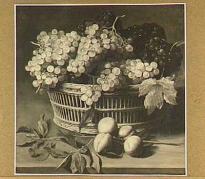 Stilleven van druiven in een mand, op de voorgrond een tak met perziken