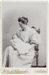 Portret van Justine Christine Rollin Couquerque (1871-1966) met baby