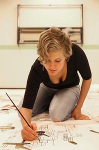 Jasmijn Visser aan het werk in haar atelier
