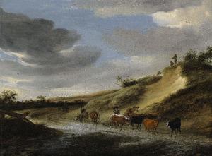 Duinlandschap met veedrijvers en hun kudde op een ondergelopen weg