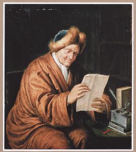 Een lezende oude man bij een schrijftafel