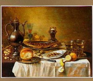 Silleven met een gebakken vis, drinkglazen, een kan, schaal met olijven, brood en vruchten