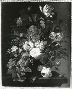Bloemen in een vaas, met insecten, op een marmeren tafel