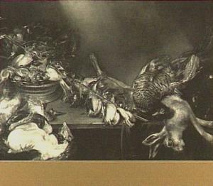 Stilleven van verschillende vogels, een tak met vastgebonden zangvogels en een haas op een tafel