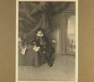 Portret van een man aan een tafel