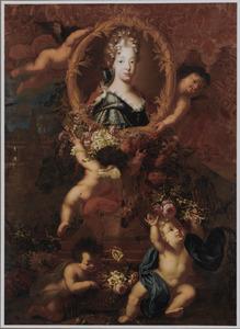 Portret van Maria Luisa van Savoyen, koningin van Spanje, op een piëdestal, met bloemen getooid door engeltjes