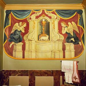 Een ciborie in nis met aan weerszijden twee engelen
