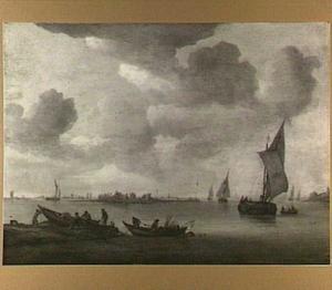 Riviergezicht met in de voorgrond twee roeibootjes met vissers