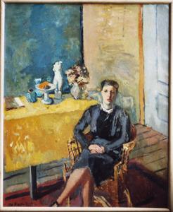 Interieur met dame zittend in stoel