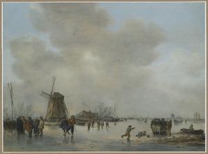 Winterlandschap met schaatsers op een bevroren vaart bij een molen, rechts op de achtergrond een galgenveld