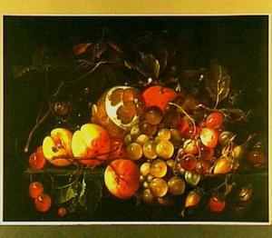 Vruchtenstilleven met slak, op een houten blad
