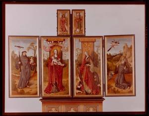 Johannes de Doper (buitenzijde linker bovenluik); H. Nikolaas (buitenziijde rechter bovenluik); H. Franciscus, Madonna met kind (linkerluik); HH. Catharina, H. Antonius van Padua (rechterluik)
