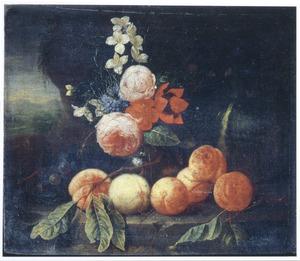 Stilleven van vruchten en bloemen voor een landschap