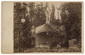 De theekoepel in Park Tivoli tijdens de maskerade in Utrecht in 1881