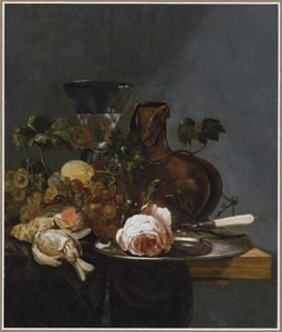 Stilleven met druiven, dode vogels en een wijnglas op een houten blad
