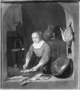 Keukenmeid die vis schoonmaakt in een venster