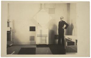 Piet Mondriaan in zijn atelier met (boven) Lozenge Composition with Four Yellow Lines, 1933 (B241) en (onder) Composition with Double Lines and Yellow, 1934 (B242)