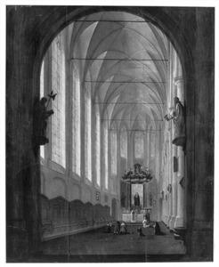 Interieur van een gotische kerk met een mis bij het Maria-altaar