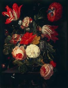 Bloemen in een glazen vaas op een stenen console
