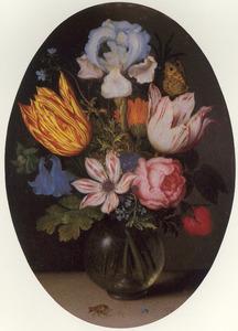 Bloemen in een bolvormige glazen vaas