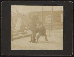 Portret van een vallende man en een andere man
