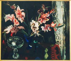 Stilleven met gladiolen in vaas en kristallen schaal op tafel