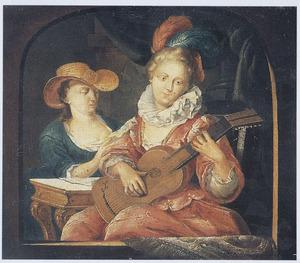 Jonge vrouw met gitaar in een vensteropening, achter haar een bladmuziek lezende vrouw