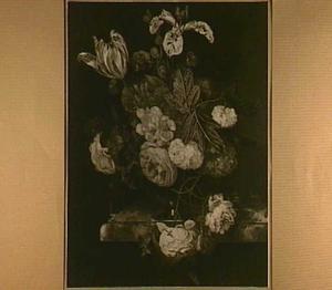 Bloemen in een metalen vaas op een marmeren blad