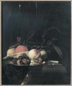 Stilleven met tinnen bord met mispels en schotel met vruchten