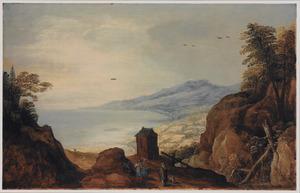 Weids kustlandschap met op de voorgrond een groepje mensen pratend op een bergpad