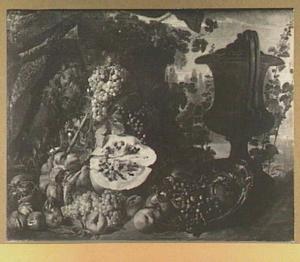 Vruchtenstilleven van pompoen, meloen, druiven, perziken en granaatappels; rechts een tuinvaas, links een sarcofaag