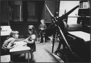Luceberts kinderen bij de pers, Boendemakershof, Bergen c. 1958