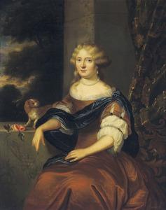 Portret van een vrouw en haar schoothondje met doorkijk naar een boslandschap