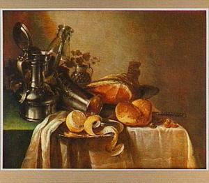 Stilleven met kan en roemer, vaatwerk, ham en geschilde citroen op een groen kleed met wit servet