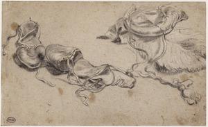 Twee sandalen en een kruithoorn
