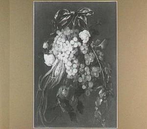 Festoen van maïskolf, bloemen en vruchten aan een blauw lint