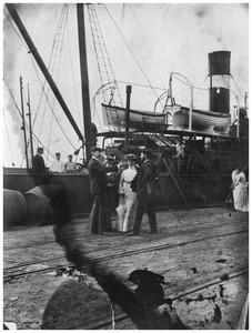 Simon Maris, Wies Bodenheim, Mies van de Water en Piet Mondriaan voor vertrek van een reis naar Spanje per schip